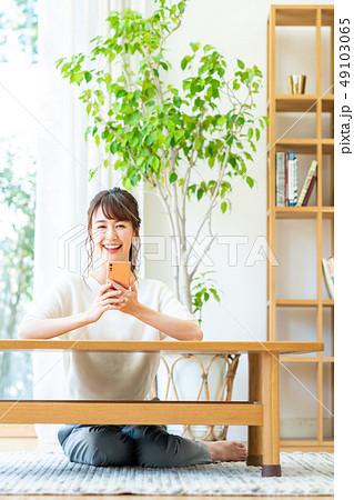 若い女性(スマホ) 49103065