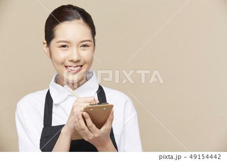 女性 カフェ 店員 49154442