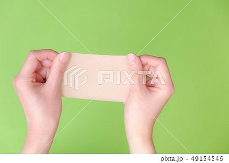 写真素材:湿布を持つ手 医薬品 整体 慢性疲労 49154546
