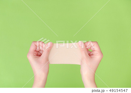 写真素材:湿布を持つ手 医薬品 整体 慢性疲労 49154547