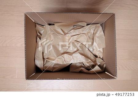 ダンボール箱に梱包、衝撃剤 49177253