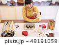 女性 キッチン 台所の写真 49191059