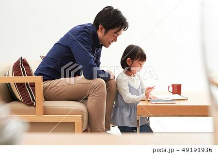 リビングで遊ぶ親子 49191936