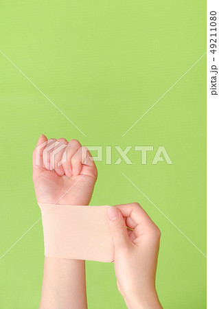 写真素材:湿布を貼る手 しっぷ 貼る 治療 ボディケア 49211080