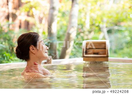 シニア女性 露天風呂 入浴 温泉 旅行イメージ  49224208