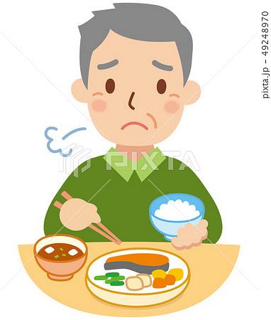 食事をする困り顔のおじいちゃん 49248970