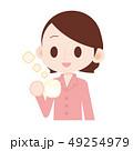 ピンクのパジャマの女性 ホットミルクを飲む 49254979