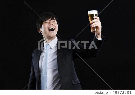 ビジネスマン 乾杯 黒バック 49272201