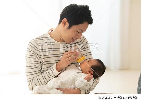 赤ちゃんに哺乳瓶でミルクを飲ませる父親 育児 育メン 49279849