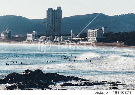 冬の海とサーファーたち 49340873