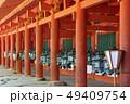 春日大社東回廊、朱色の柱と釣灯籠、奈良県 49409754