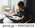 男 読む ドリンクの写真 49438038