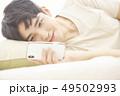 男性 アジア人 ベッドの写真 49502993