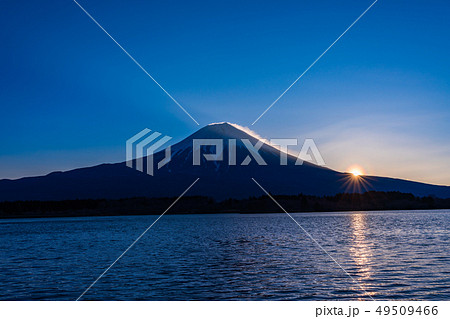 (静岡県)田貫湖・富士山の夜明け 花粉光環 49509466