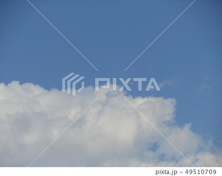 春の青空と白い雲 49510709