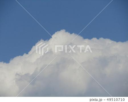 春の青空と白い雲 49510710