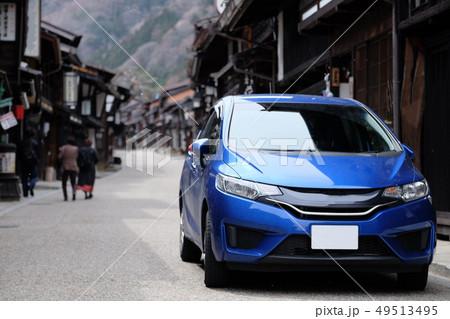青い車と古い町並み 49513495
