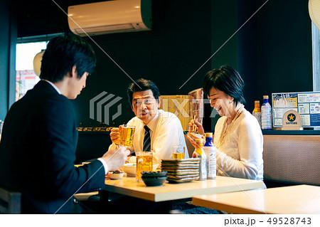 飲み会 居酒屋 ビジネスマン 49528743