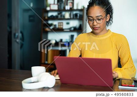 オフィス 黒人女性 49560833