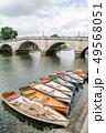 リッチモンドのテームズ川沿い 石造りの大きな橋と川沿いにつながれて並ぶ手漕ぎボート 49568051