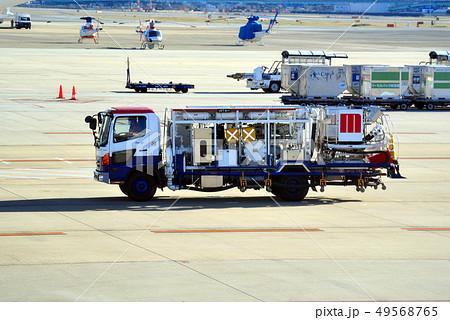 空港の給油車 49568765