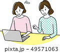 パソコンをする中年女性 49571063