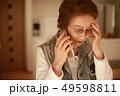 女性 シニア 電話の写真 49598811
