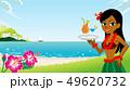 冷たいドリンクを持つフラガール、ビーチ背景 - コピースペースあり 49620732