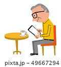 カフェでタブレット操作するシニア 49667294
