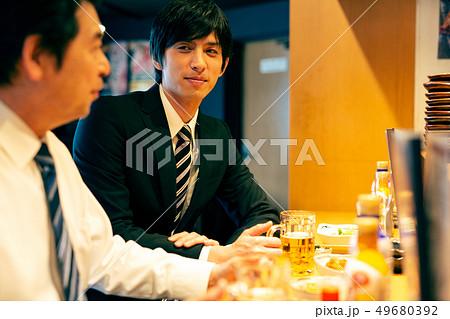 居酒屋 サラリーマン ビジネスマン 49680392