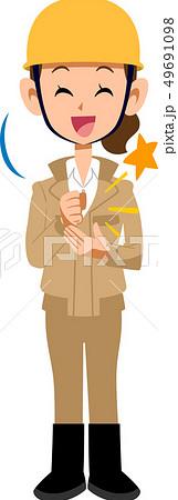 納得する建築現場作業員の女性 ベージュ色の作業着 49691098