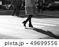 新宿(東京)の雑踏を歩く女性の画像 49699556