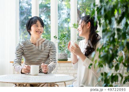 カップル カフェ コーヒー 飲む 49722093