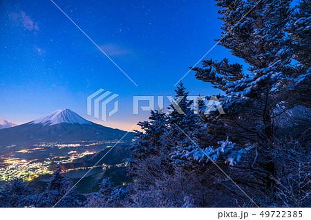 《山梨県》富士山・雪山から望む夜明けの瞬間 49722385