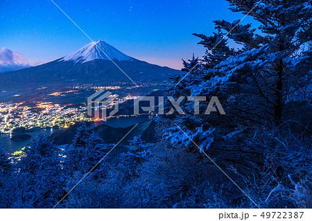 《山梨県》富士山・雪山から望む夜明けの瞬間 49722387