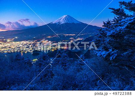 《山梨県》富士山・雪山から望む夜明けの瞬間 49722388