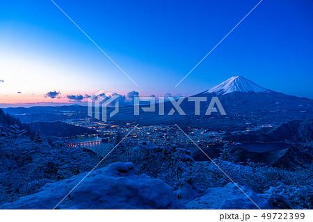 《山梨県》富士山・雪山から望む夜明けの瞬間 49722399