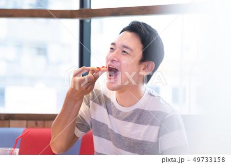 ピザを食べる男性 49733158