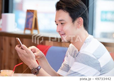 カフェでリラックスする男性 49733442