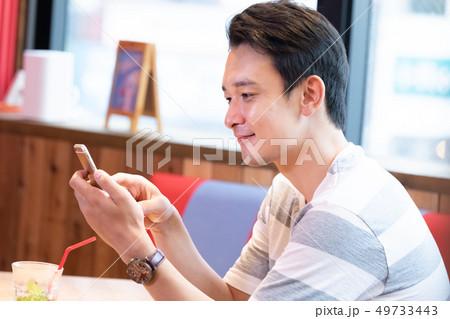 カフェでリラックスする男性 49733443