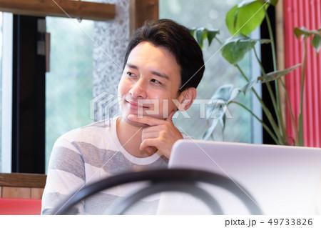 カフェでリラックスする男性 49733826