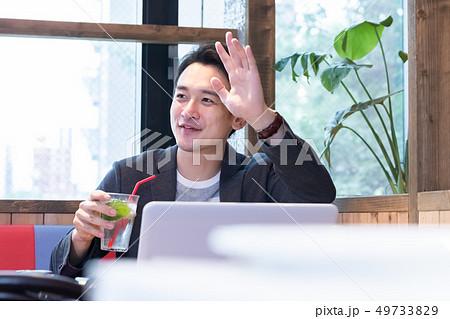 カフェでリラックスする男性 49733829
