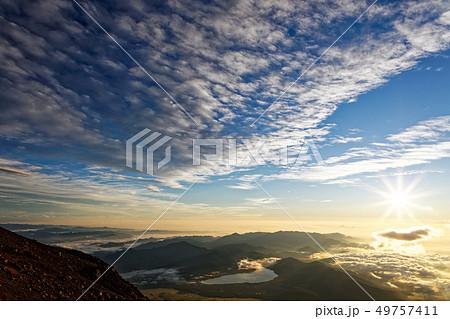 富士山山頂から見る日の出 49757411