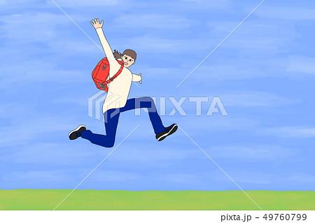 青空でジャンプする小学生の女の子(ランドセル) 49760799