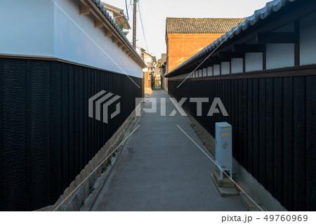 倉敷美観地区の炭壁、裏路地の風景 49760969
