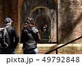 水路閣 アーチをのぞき込む外国人観光客 49792848