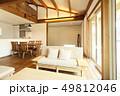 ペット同居型デザイナーズ住宅のお洒落なリビング  49812046