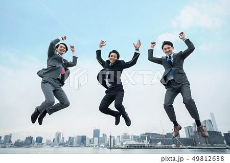 ジャンプするビジネスマン 49812638