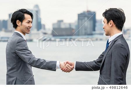 握手するビジネスマン 49812646