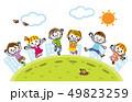 外でジャンプする子供たち 49823259